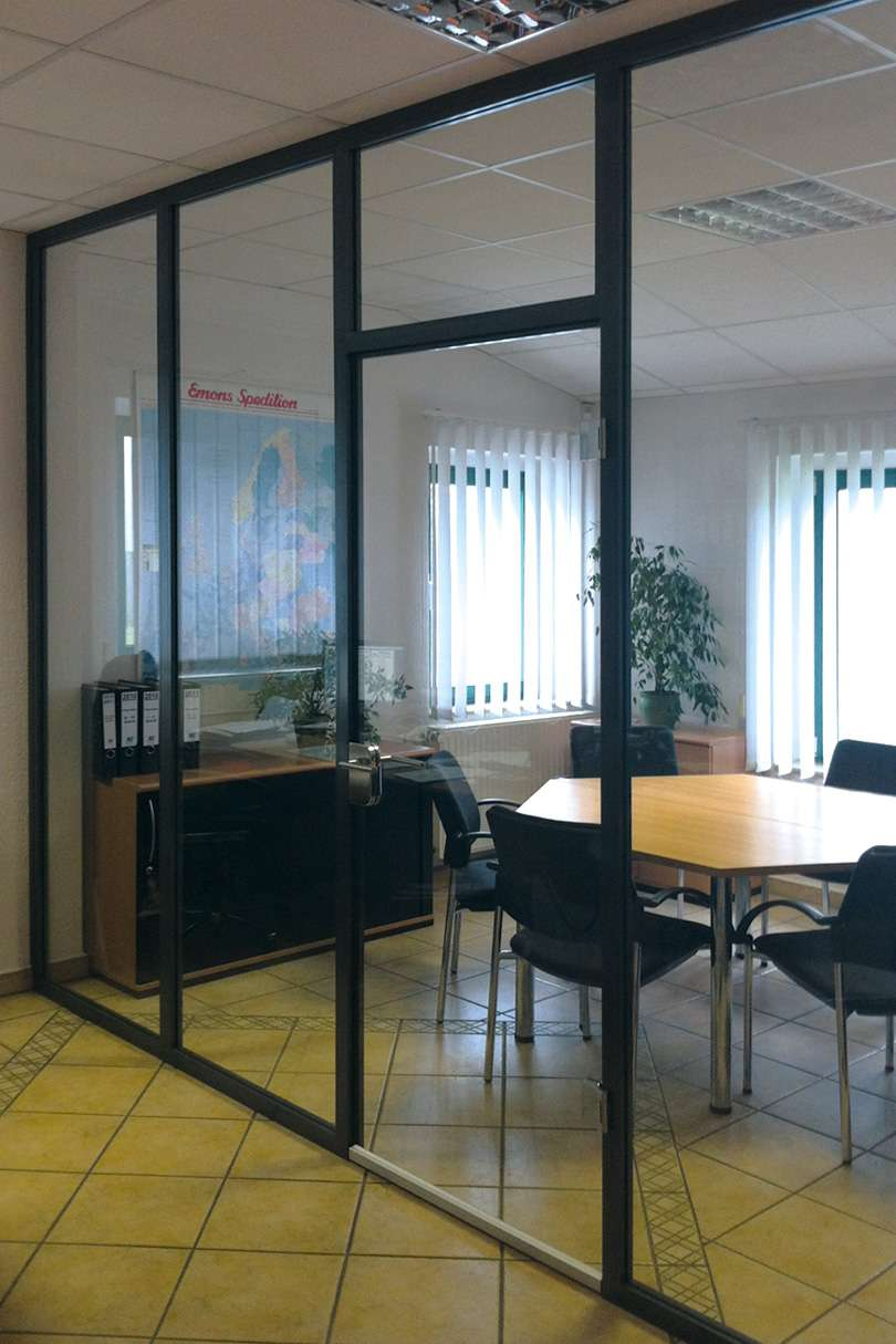 Aluzargen als Glaswand in Blockzargenkonstruktion