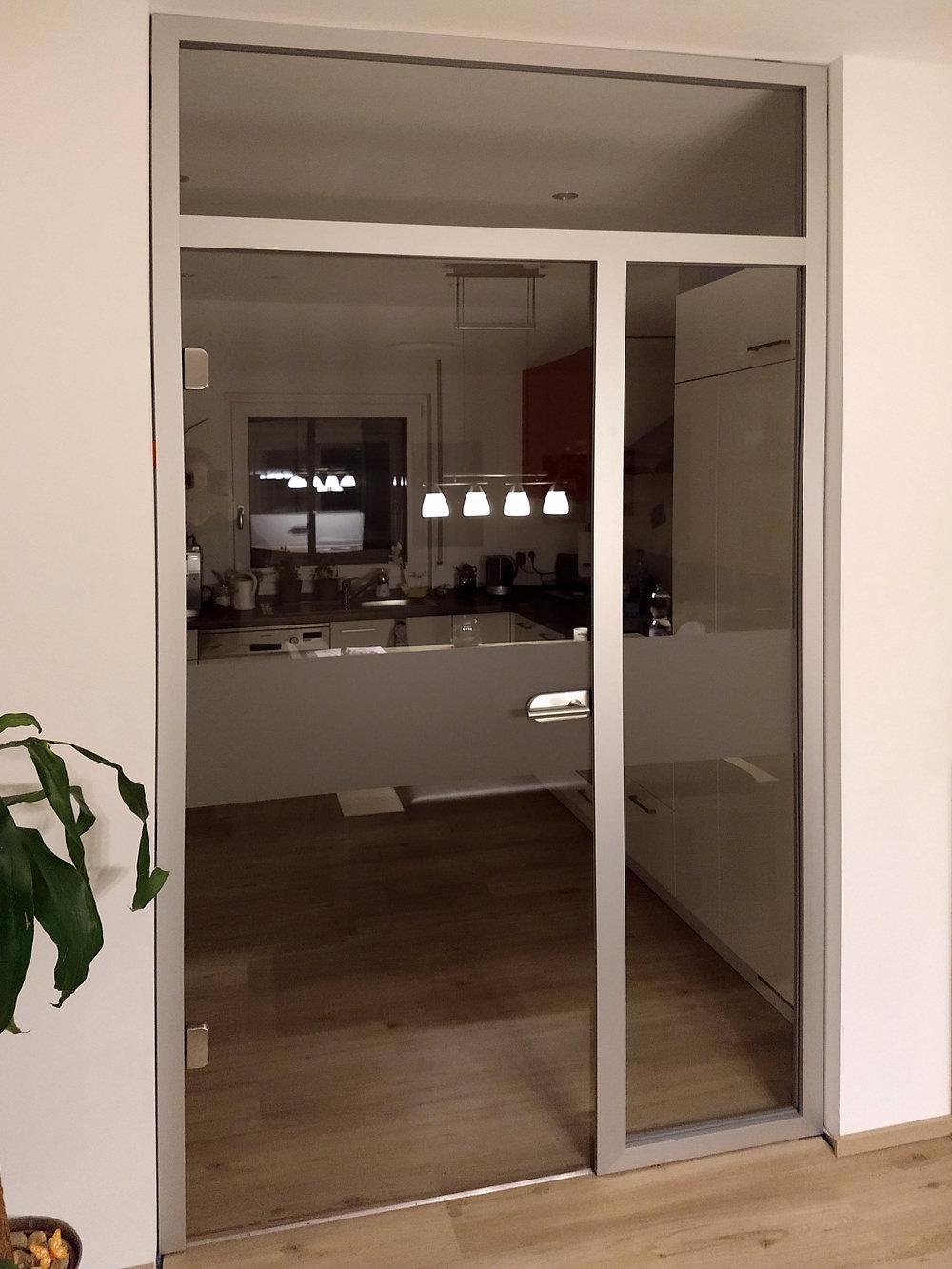 Referenz Sascha Loos Glastüren Klarglas in Alu-Blockzarge mit Seitenteil und Oberlicht